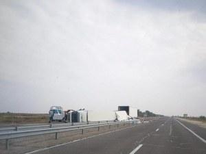 ТИР се обърна на магистралата, движението е блокирано