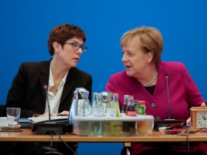 Наследничката на Меркел се закани за по-твърда ръка срещу мигрантите