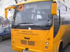 Абсурд: Гумите на училищен автобус изхвърчаха в движение ВИДЕО