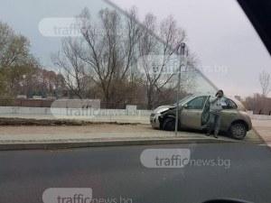 Две коли се удариха на булевард Марица, едната е върху тротоара СНИМКИ