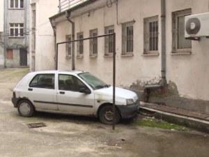 Кола се оказа зазидана във вътрешен двор