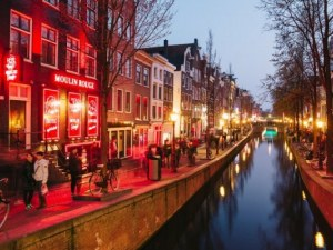 Кметицата на Амстердам поде битка срещу червените фенери