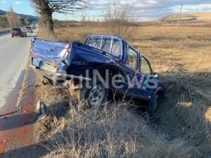 """Кола се озова в канавка, след като ТИР я """"изхвърли"""" от пътя, има пострадал"""