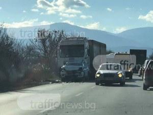 Мелето на Околовръстното: Камион блъснал джипа и го запратил в друг камион