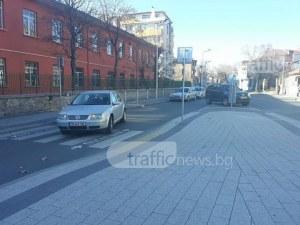 Шофьорка спря в средата на улица в Пловдив! Пусна аварийни и изчезна СНИМКИ
