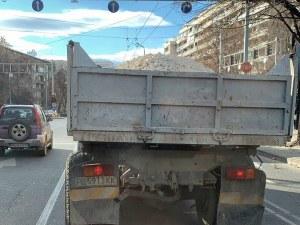 Екобомба в сърцето на Пловдив! Стар камион обгазява с изгорели газове водачите СНИМКИ+ВИДЕО