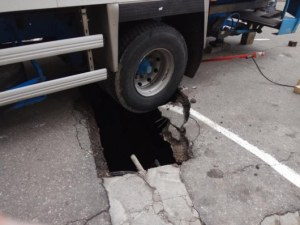 Камион пропадна в необезопасена дупка от липсваща шахта СНИМКИ