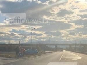 Кола отнесе знак край Пловдив, водачът впечатли с гражданско самосъзнание СНИМКИ