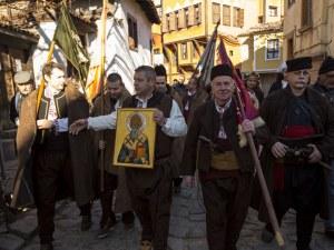 Пъстрото шествие с народни носии, знамена и пушкала в центъра на Пловдив СНИМКИ
