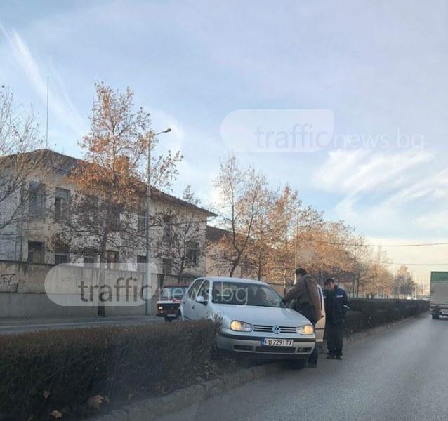 Шофьорка се приземи в храстите до кръстовището на ВСИ СНИМКИ