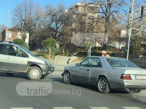 Катастрофа блокира кръстовище в Пловдив СНИМКИ