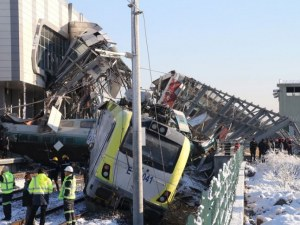 Най-малко 9 са жертвите на зверската катастрофа с влак в Анкара СНИМКИ