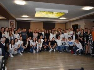 Младежи от Асеновград на благотворителен коледен бал в бяло СНИМКИ