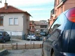 """""""Арестуваха"""" кола в Асеновград, реститути оградиха улица и парк, за да строят"""