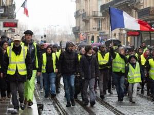 Бунт на масите: Блокади на пътища, десетки арести и сълзотворен газ във Франция