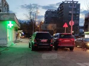 Двойна наглост на едно място! Да спреш на тротоара пред заведението СНИМКА