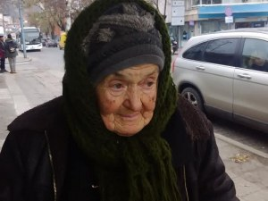 Ще изкара ли тази нощ баба Марийка? Болната старица се скита сама из улиците на Пловдив СНИМКИ