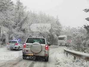 Обилен сняг в 7 области, обявиха код за опасно време