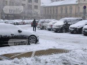 Сняг натрупа в София, има закъсали коли СНИМКИ