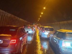 """Стотици автомобили са блокирани в тунелите на """"Хемус"""""""