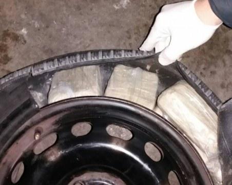 Хероин за близо 1 милион лева откриха в гума на автомобил на Капитан Андреево СНИМКИ