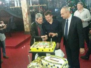 Чико и Тошко Неделев разрязаха тортата, легендата на Ботев си пожела кран СНИМКИ