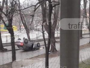 Шофьорка се преобърна с колата си в центъра на Пловдив СНИМКИ