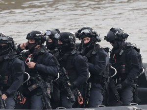 Мигранти похитиха кораб, командоси ги щурмуваха