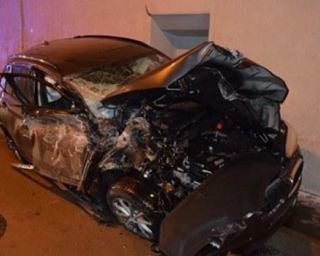 Кола изхвърча от пътя и се удари в тавана на тунел ВИДЕО