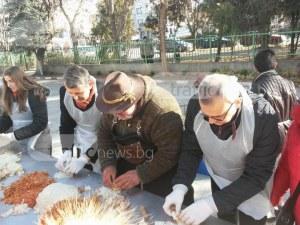 1300 сарми къкрят в огромен казан под вещото ръководство на Ути СНИМКИ