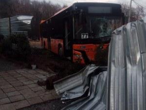 Автобус се вряза в къща в София