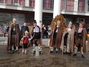 Коледари напълниха улиците на Карлово СНИМКИ