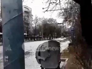 """Авария потопи """"Васил Априлов""""! Мощна вода се излива на булеварда ВИДЕО+СНИМКИ"""