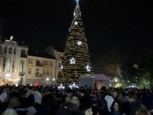 Хиляди пловдивчани посрещнаха Нова година в центъра на новата културна столица СНИМКИ+ВИДЕО