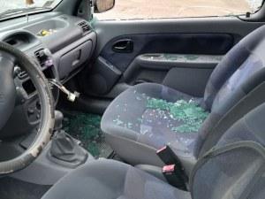Крадец разби прозорец на кола в Асеновград! Задигна евро и техника