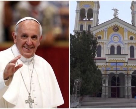 Папа Франциск каца в Раковски с вертолет, причастие получават 40 деца ВИДЕО
