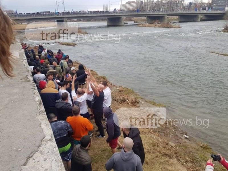 Хиляди на хвърлянето на кръста в Марица, 87 ще скачат, отстраниха мъртвопиян СНИМКИ