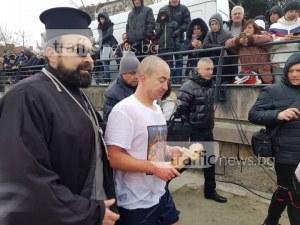 31-годишен от Свиленград извади кръста от ледените води на Марица СНИМКИ И ВИДЕО