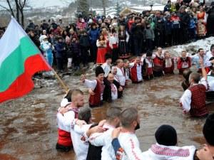 Конкуренция на Калофер! И в Зверино извиха мъжко ледено хоро СНИМКИ