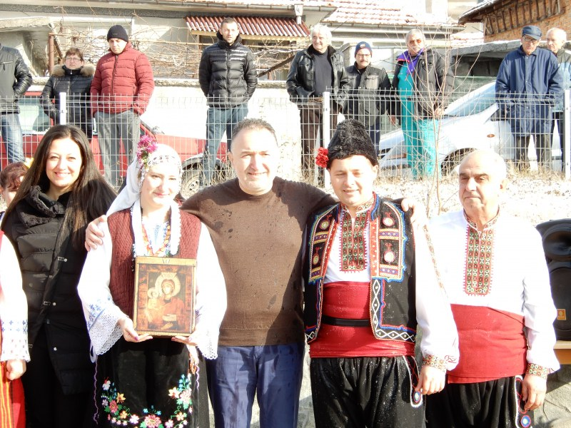 Изкъпаха със студена вода кмета на Карлово по случай Ивановден СНИМКИ