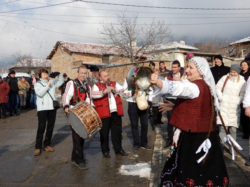 """Млади булки от Карлово бяха изкъпани с ледена вода в обичая """"Къпанак"""" ВИДЕО"""