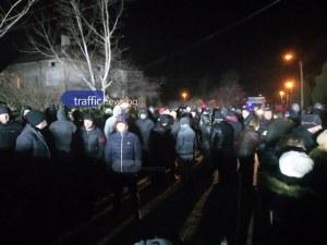 Над 300 гневни заради пребития военен се отправиха към ромската махала на Войводиново! ВИДЕО
