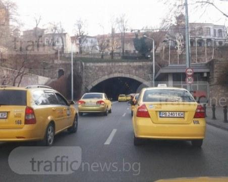 Крадци обраха таксита и микробус в Кършияка