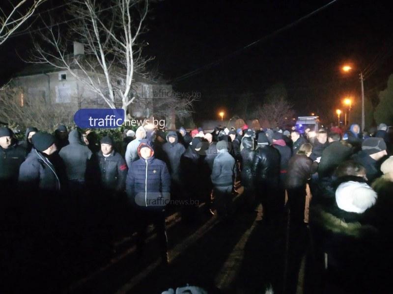 Протестите във Войводиново продължават, започват проверки в ромската махала ВИДЕО