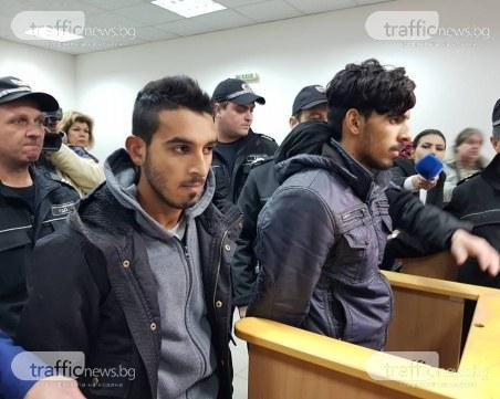 Доведоха с белезници в съда двамата роми, пребили командоса СНИМКИ