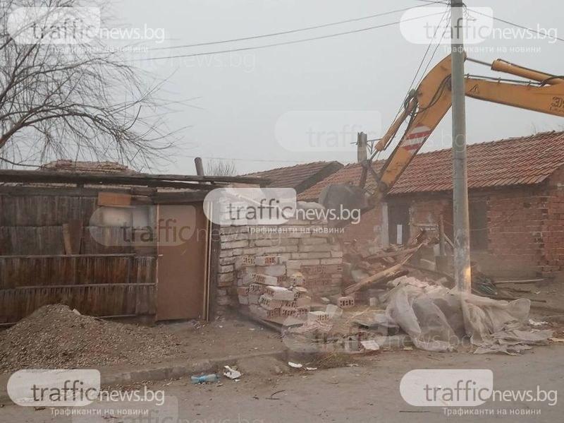 Багери влязоха във Войводиново, само кокошки ги посрещнаха! Ромите се изпариха ВИДЕО и СНИМКИ