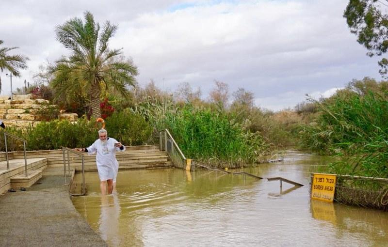 Владо Пенев се кръсти в река Йордан, вече е хаджия СНИМКИ