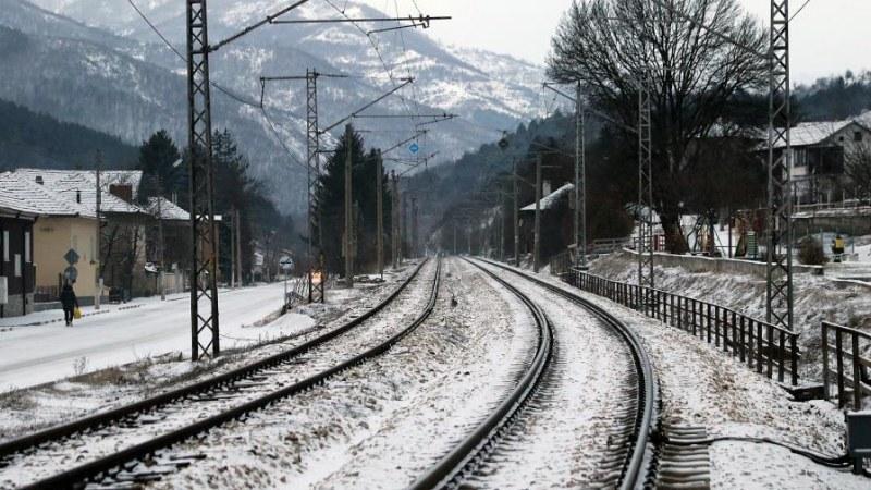 Два вагона дерайлираха! Спряха влаковете от Перник за София и региона