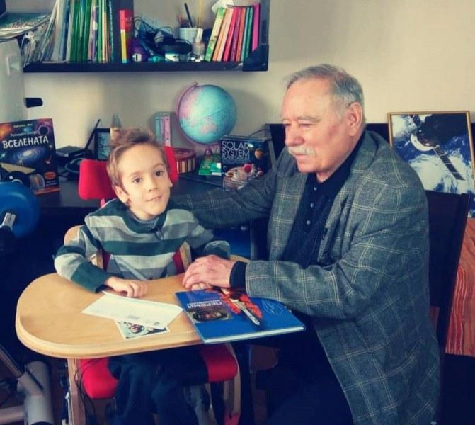 Космонавтът Георги Иванов навести болния Стефко, дари му уникална снимка