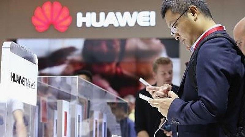 Арестуваха служител на Huawei и киберспец за шпионаж
